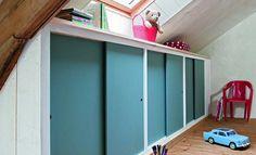 A closet with sliding doors under the eaves: tutorial - Kidsroom Sliding Cupboard, Sliding Doors, Loft Storage, Garage Addition, Loft Stairs, Kidsroom, Closet Organization, Kids Bedroom, Sweet Home
