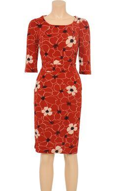 KING LOUIE - Mønstret kjole i 90% polyester og 10% spandex. Rød bundfarve med sort og hvidt blomsterprint. 3/4-lange ærmer. Rund halsudskæring. Isyet taljestykke.