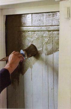Utiliza la técnica del envejecido con periódico: 1. Aplica una gruesa capa de pintura 2. Cuando la pintua esté aún húmeda, coloca una hoja de períodico sobre la superficie pintada. 3. Presiona el papel con la mano, especialmente sobre las arrugas que se hayan formado. 4. Retira rápidamente el papel.