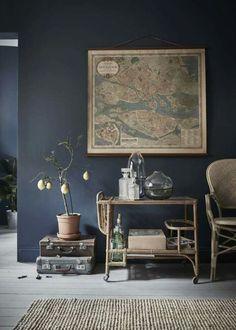Blauw in je interieur | Kleurinspiratie | Donkerblauw combineert prachtig met hout en naturel tinten