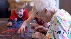 Pusieron una guardería en una residencia para ancianos y cambiaron la vida de muchos