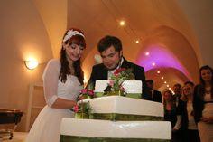 Brautpaar an der Hochzeitstorte