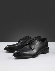 Agaton shoe-Men's classic derby-style shoe in smooth calf leather. Slim piping in leather around shoe opening, blake stitched construction and thin waxed round shoelaces. Leather outsole with half rubber. Men's Shoes, Dress Shoes, Tiger Of Sweden, Doc Martens Oxfords, Leather Interior, Calf Leather, Derby, Calves, Fashion Shoes