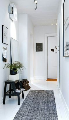Do you to make your long narrow entryway or hallway appear bigger? These narrow entryway ideas will help your entryway make a strong first impression. Decoration Hall, Decoration Entree, Interior Exterior, Interior Architecture, Interior Design, Simple Interior, Interior Ideas, Black And White Hallway, White Walls