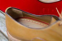 La première de propreté est bordée et cousue au fil rouge, clin d'œil à la semelle de la même couleur. Notez de plus que le cuir a été gratté au niveau du talon : l'adhérence du pied est meilleure, et les frottements réduits.