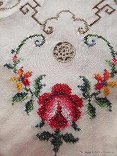 Precioso mantel con punto de cruz, vainitas a mano e incrustación de ganchillo - Foto 13