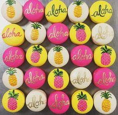 OMG love these tropical pineapple & aloha macarons Hawaiian Birthday, Hawaiian Theme, Luau Birthday, Birthday Parties, Hawaiian Luau, Hawaiian Party Cake, Aloha Party, Luau Party, Flamingo Party