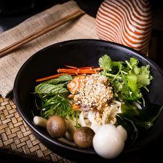 Leckerer Reisnudesalat mit frischem Gemüse im thailändischen Restaurant Nithan Thai in Berlin Mitte