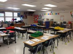 I love the desk arrangement in this classroom. Student desks are in groups, but all face the smart/white/chalk board. I wonder if I can make it work for 30 student desks. Classroom Layout, 5th Grade Classroom, Classroom Organisation, New Classroom, Classroom Setting, School Organization, Classroom Management, Organizing, Highschool Classroom Decor