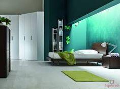 Nuestro dormitorio es muy gracioso. Hay una cama blanca y las sabanas también son blancas. Hay una alfombra verde muy guapa. Nosotros tenemos también un armario muy gracioso.