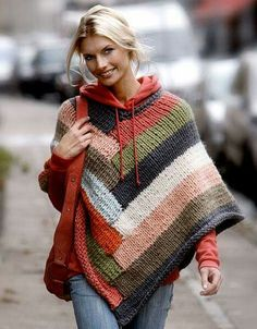 Poncho i striber - Hendes Verden. I never like ponchos. But I like this one and the color and I like it over the sweatshirt. It's probably just because this girl pulls it off beautifully though. Knitting Patterns Free, Knit Patterns, Free Knitting, Free Pattern, Pattern Ideas, Poncho Outfit, Poncho Shawl, Wool Poncho, Knitted Cape