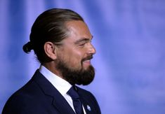 Leo dicaprio and his bun. Haircut Designs For Men, Man Bun, New Haircuts, Sebastian Stan, Bucky, Gossip Girl, Reign, Captain America, Leo