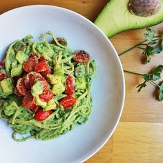 Okay you really need to try this out: pasta with avo sauce! I love avo so much and it was absolutely delish!  Avocado is also so healthy: contains healthy fats like omega 3, antioxidants and vitamins A and E. For the sauce I blended half of a big ripe avocado, 50g of greek yogurt, a bit of lemon juice, some basil and some parsley.  When the pasta was ready, I added the sauce, the cherry tomatoes, some more avocado and black pepper. //  Dovete davvero provate questa pasta con salsa di…