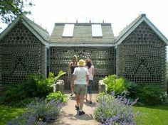 Over 25 000 recycled bottles ingeniously cemented together to create the Bottle Houses, a must-see tourist attraction situated in Cap-Egmont, Prince Edward Island, Canada. Bottle House, Bottle Wall, Recycled Glass Bottles, Unusual Homes, Unique Architecture, Prince Edward Island, Building A House, Places To Go, Beautiful Places