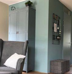 Ton sur ton blauw op muur, deur en kast.  Je creëert meer rust wanneer de kleuren dicht bij elkaar passen. Ook hier heb ik de witte deur ( waar is ie