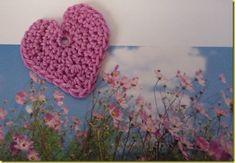 Na de hartjes-haakworkshop, die ik onlangs gaf, ben ik nog steeds in de ban van gehaakte hartjes. Hier is er weer een. Deze kwam in de workshop niet aan bod, want toen had ik hem nog niet bedacht. Beschrijving: Zet 2 lossen op. 1e toer: 8 vasten in de 2e losse vanaf de haaknaald haken ... Read more Love Crochet, Learn To Crochet, Crochet Motif, Crochet Flowers, Knit Crochet, Crochet Patterns, Crochet Hats, Heart Crafts, Yarn Needle