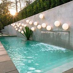 #piscina  en el jardin o terreza con iluminación retro iluminada
