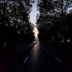 The roads around Buckingham Palace are car-free on the weekends. Love this view of #WellingtonArch in the #London #sunset tonight. . . #constitutionhill #greenpark #hydeparkcorner #cycling #urbancycling #worldbybike #travelblog #ellensayshola | http://ift.tt/1O8Caav