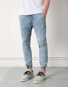 Jogger. Elastyczne dżinsy, ze ściągaczami u dołu nogawek.