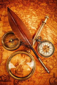 Vintage boussole, loupe, montre de poche, plume d'oie sur une vieille carte ancienne en 1565. Vintage encore la vie. photo