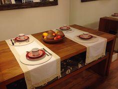 Produto artesanal, feito com exclusividade para você. <br>Caminho de mesa liso com barrado em poá, fabricado em tecido 100% algodão, com pingente de pérolas nas extremidades. <br>Uma sofisticada e elegante forma de receber seus amigos para um almoço ou jantar. <br>O preço refere-se a duas peças. Preço individual R$ 45,00. Você pode encomendar de acordo com o tamanho de sua mesa, é só passar as medidas que calculamos para você. Mas antes você deve consultar a disponibilidade de estampas e…