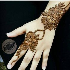No occasion is carried out without mehndi as it is an important necessity for Pakistani Culture.Here,you can see simple Arabic mehndi designs. Simple Arabic Mehndi Designs, Henna Art Designs, Stylish Mehndi Designs, Mehndi Design Images, Mehndi Simple, Mehndi Designs For Fingers, Dulhan Mehndi Designs, Latest Mehndi Designs, Bridal Mehndi Designs