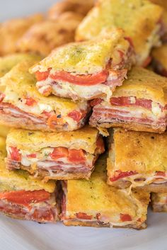Antipasto Squares recipe - SO GOOD! Crescent rolls stuffed with ham, salami, pepperoni, provolone, Finger Food Appetizers, Appetizers For Party, Appetizer Recipes, Party Snacks, Heavy Appetizers, Italian Appetizers, Croissant, Sloppy Joe, Appetizer Sandwiches