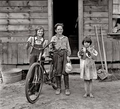 1939 - Children outside their farmhouse at Michigan Hill.THE ARTIST! Dorothea Lange