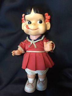ペコちゃん 二足歩行 ゼンマイ可動  高さ27cm閉鎖されていたアルプス玩具の長野工場の片付けを10年程前にした時に試作室に残ってた品物です。詳しいことは分かりませんが頭部はソフビでハイカップのペコちゃんと形状は似てます。画像では判断し難いですが髪は焦げ茶色です。長年ガラスケースで飾ってる内にリボンと舌の赤色が薄れてしまいました。シューズはブリキ製で、胴体はポリかソフビで前後で2枚合わせになってます。