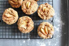 Gesunde Apfel-Zimt Muffins aus Buchweizenmehl, Mandeln, Äpfeln und Apfelmus sind die perfekte gesündere Alternative zu herlömmlichen Muffins.