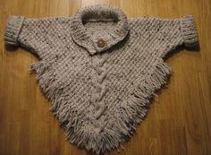 Gebreide Poncho met mouwen en franje      Deze poncho is gebreid met beige tweed garen (bijna 200 gram) en op pendikte 5.   Aan de vo...