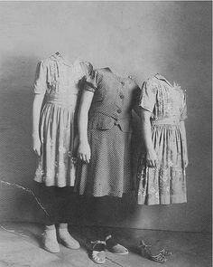 Ghost girls, definitely more creepy w/o the arms. Images Terrifiantes, The Dark Side, Miss Peregrines Home For Peculiar, Peculiar Children, Creepy Children, Creepy Pictures, Weird And Wonderful, Vintage Halloween, Creepy Vintage