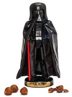 Figura cascanueces Darth Vader 25 cm. Star Wars. Kurt S. Adler Fantástica y divertida recreación en forma de figura de un cascanueces con la apariencia del malvado Darth Vader de 25 cm, uno de los personajes que podemos ver en la famosa saga de Star Wars. Un artículo muy original que dará un toque de alegría en la mesa cuando lo saques.