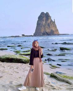 21 Modest Ways To Style Long Pleated Skirts With Hijab Fashion - Zahrah Rose Modest Fashion Hijab, Modern Hijab Fashion, Muslim Women Fashion, Street Hijab Fashion, Casual Hijab Outfit, Hijab Fashion Inspiration, Hijab Chic, Hijab Dress, Hijab Fashion Style