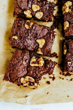 Super fudgy with lots of chocolate, nuts and ROSE WATER : chocolate hazelnut brownies. These brownies are vegan and easy in the making. Chocolate Hazelnut, Best Chocolate, Fudge, Brownies, Bircher Muesli, Candy Bark, Dessert, Unsweetened Cocoa, Other Recipes