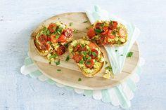 Brunch? Serveer deze veganistische variant op roerei, met frisse tomaat - Recept - Allerhande