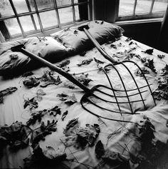 On ne parle pas assez souvent de la programmation du Musée de la photographie de Thessalonique, en Grèce, qui pourtant, sous la direction de Vangelis Ioakeimidis, ne manque jamais d'intérêt. En ce moment, par exemple, se tient une grande rétrospective d'Arthur Tress, riche de 145 tirages : un labyrinthe surréaliste où, mis en scène à outrance, le rêve règne. Un rêve un peu désolé... Et ce, quel que soit l'âge qu'avait le photographe au moment de la conception de ses images.