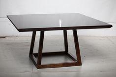 Mesa de jantar com vidro pintado sobreposto.