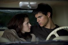 What's going on here then Bella, I thought you loved Edward......Well ano you do you just think he doesn't love you - but he does <3    Bella and Jacob - The Twilight Saga: New Moon