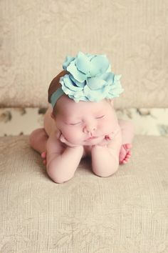 How sweet will your baby girl look in this teal rose headband??