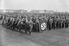 Bundesarchiv_B_145_Bild-P049613, SA eli Sturmabteilung oli Adolf Hitlerin natsipuolueen puolisotilaallinen järjestö, johon kuului enimmillään kolmisen miljoonaa jäsentä.