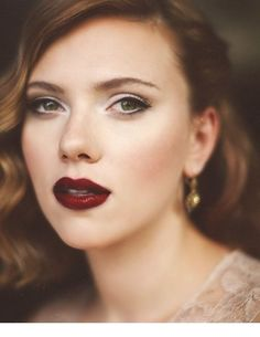 26 Fall Bridal Makeup Ideas You Need To Try in 2018 : Scarlett Johansson vampy lips look. Looking for inspiration for your fall bridal look? Today I'm sharing fabulous fall wedding makeup ideas, and I'm sure you'll find here something for yourself. Scarlett Johansson, Winter Makeup, Fall Makeup, Red Lip Makeup, Eye Makeup, Bridal Makeup Red Lips, Bright Makeup, Eyeliner Flick, Fall Wedding Makeup