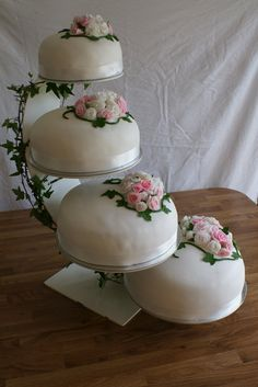 Another type of stand for our princess cake Princess Torte, Princess Wedding Cakes, Cupcake Frosting, Cupcake Cakes, Cupcakes, Swedish Wedding, Lollipop Candy, 90th Birthday Parties, Types Of Cakes
