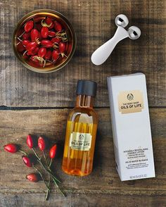 The Body Shop Oils of Life™ skincare collection is an all-in-one skincare routine to revitalise your skin and revive radiance. Shop onine and in store now! Perfume Hermes, Perfume Versace, Body Shop At Home, The Body Shop, Body Shop Skincare, Perfume Tommy Girl, Perfume Calvin Klein, Beauty Products You Need, Beauty Products