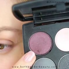 Smokey Cat Eye Makeup look that's easy to re-create. Smokey Cat Eye, Smokey Eye Makeup Look, Green Smokey Eye, Eye Makeup Steps, Hooded Eye Makeup, Cat Eye Makeup, Makeup For Green Eyes, Makeup Tips, Makeup Videos