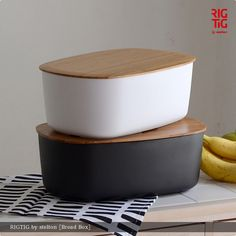 hushykke: RIGTIG by stelton / righty g by Stelton Bread box (bread boxes) and Scandinavian gadgets Kitchen Tools, Kitchen Dining, Kitchen Stuff, Lunchbox Design, Baby Hamper, Bread Boxes, Inside Home, Sustainable Living, Kitchen Accessories