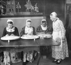 NLD-410416-WIJDENES: School voor het kantklossen. Meisjes in originele Westfriese kelderdracht krijgen les in het klantklossen. ANPFOTO/JOH. KUIPER #WestFriesland #NoordHolland #Drechterland
