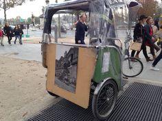 Vélo taxi en attente de client, Paris, Champs Elysées. Une affiche sur l'arrière, annonciatrice d'une catastrophe ferroviaire ?