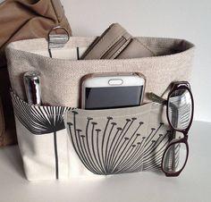 Une douzaine beaux sacs à main, mais vous ne pouvez utiliser un sac d'un jour ! L'inconvénient d'échanger tous vos morceaux et pièces peut vous mettre hors changer vos sacs aussi souvent que vous le souhaitez. Bien le cadet de sac à main peut vous aider à garder tous ces éléments