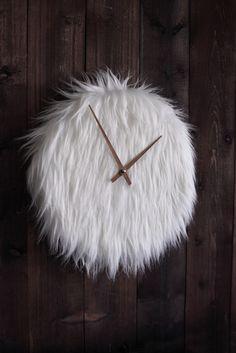 Wenn man nicht einschlafen kann, soll es ja helfen Schäfchen zu zählen. Nur hat die nun mal nicht jeder direkt zur Hand. Diese Flausche-Uhr verfolgt im Grunde eine ähnliche Idee: Wenn man gestresst ist und nicht zur Ruhe kommt, dann guck auf diese Uhr - bei ihrem Anblick kannst du gar nicht anders, als zu entspannen. Das zottelige Schafsfell läd direkt zum streicheln ein und vereint Gemütlichkeit mit einem ländlich-rustikalen Charakter. P.S.: Keine Sorge liebe Veganetarier, es ist ein…
